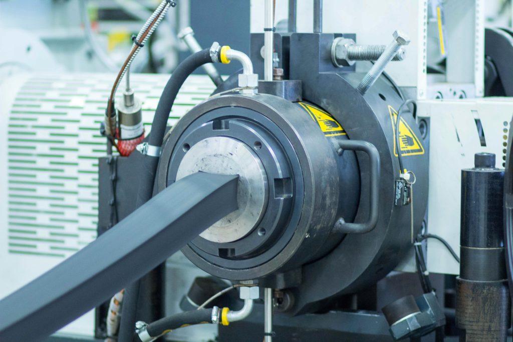 [_de_]Die Inline-Prozesskontrolle Rhenowave wurde für Hersteller von Reifen, Profilen, technischen Gummiwaren sowie von Gummi-Mischungen entwickelt, damit sie unter anderem die Dispersionsgüte ihrer Kautschukmischungen während der Extrusion zuverlässig überwachen können. Foto: LANXESS AG[/_de_] [_en_]Rhenowave inline process control has been developed for manufacturers of tires, profiles, technical rubber goods and rubber compounds to enable them to reliably monitor, for example, the dispersion quality of rubber compounds during extrusion. Photo: LANXESS AG[/_en_]